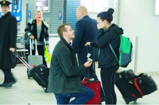 空港でプロポーズをする男性
