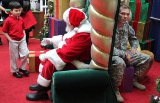 サンタと後ろにいる軍人