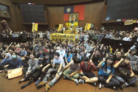 台湾学生デモ サービス貿易協定