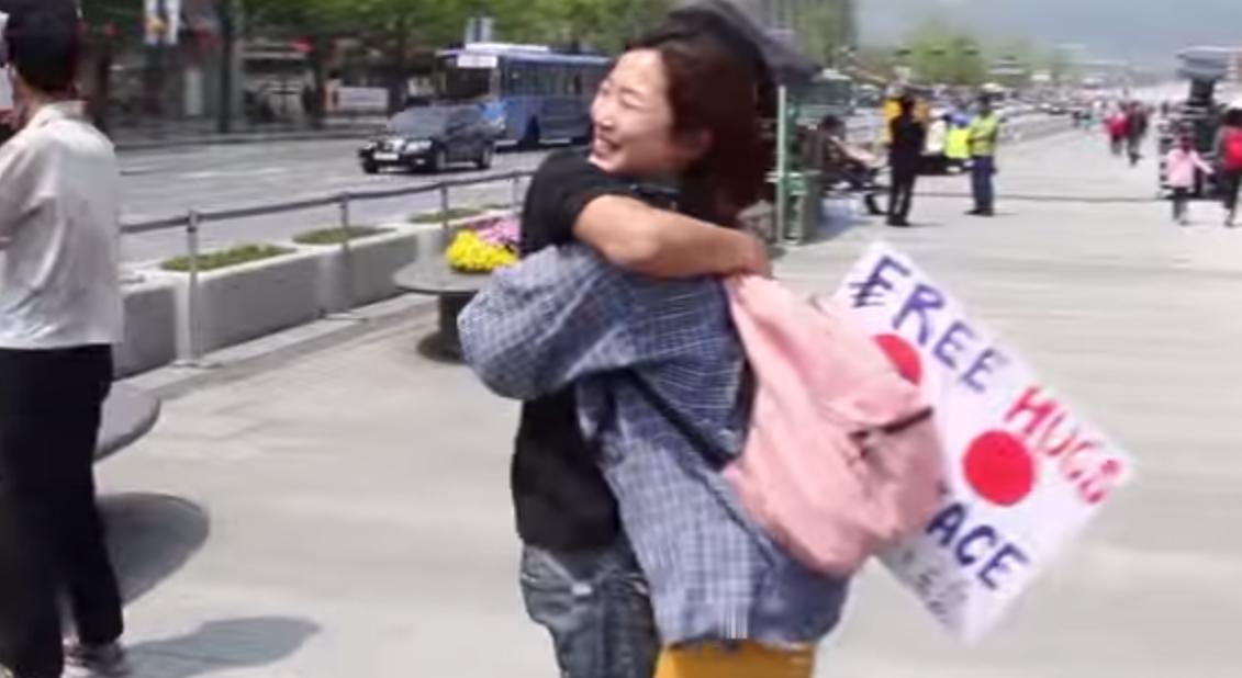 日本人が韓国で再びフリーハグをしてみた 動画