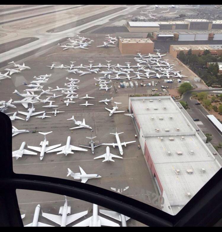 メイウェザーVSパッキャオの試合を見るために空港に集まったセレブの自家用ジェット機