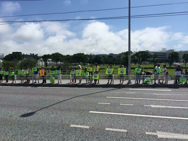 沖縄の路上で謝罪するアメリカ人